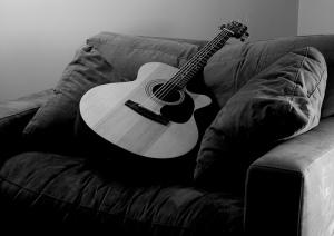 yohanes-chandra-eka-jaya-belajar-bermain-gitar